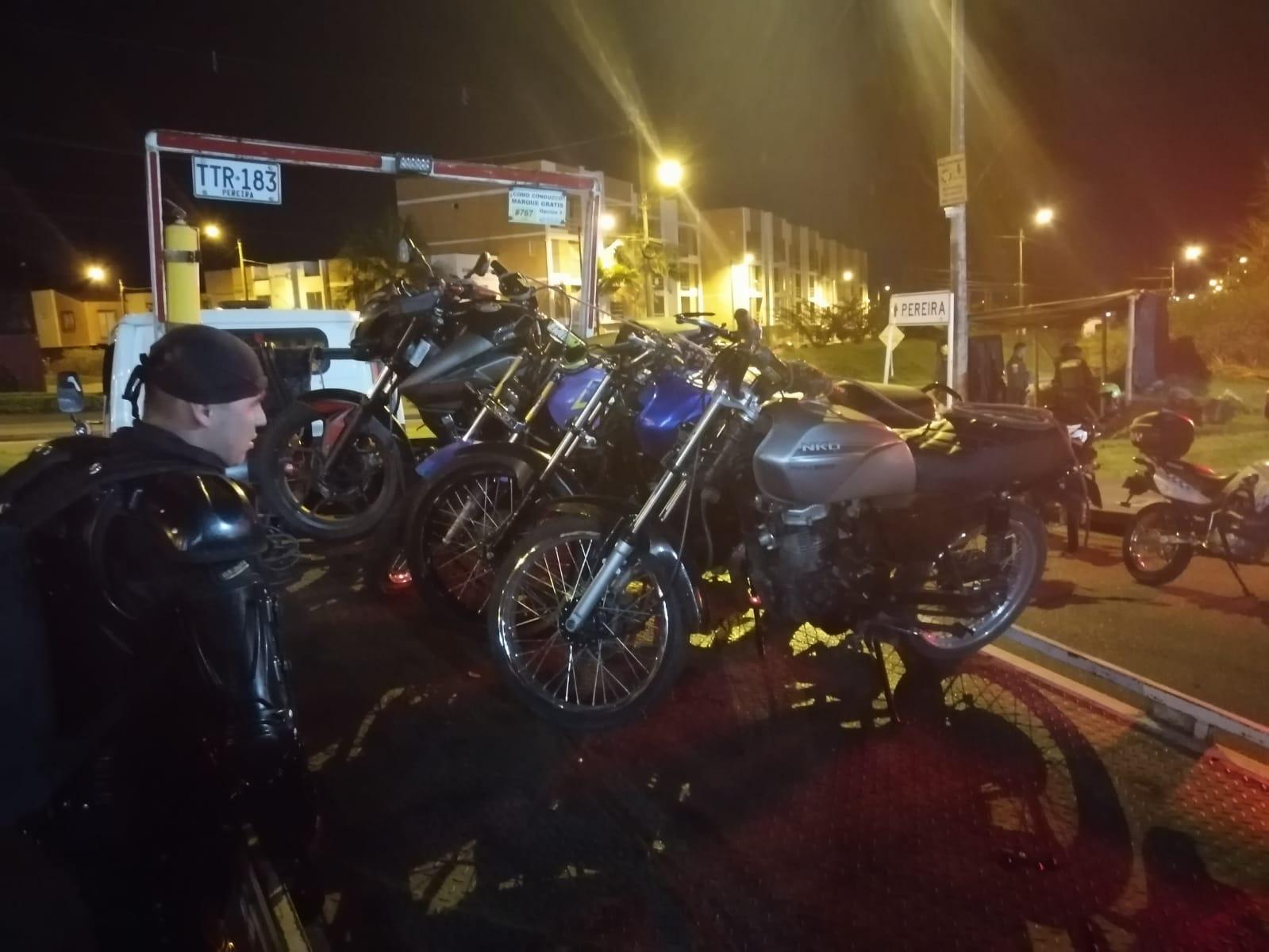 Funcionarios inmovilizando motocicletas